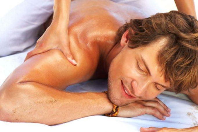 Man receiving a deep tissue massage on his shoulder